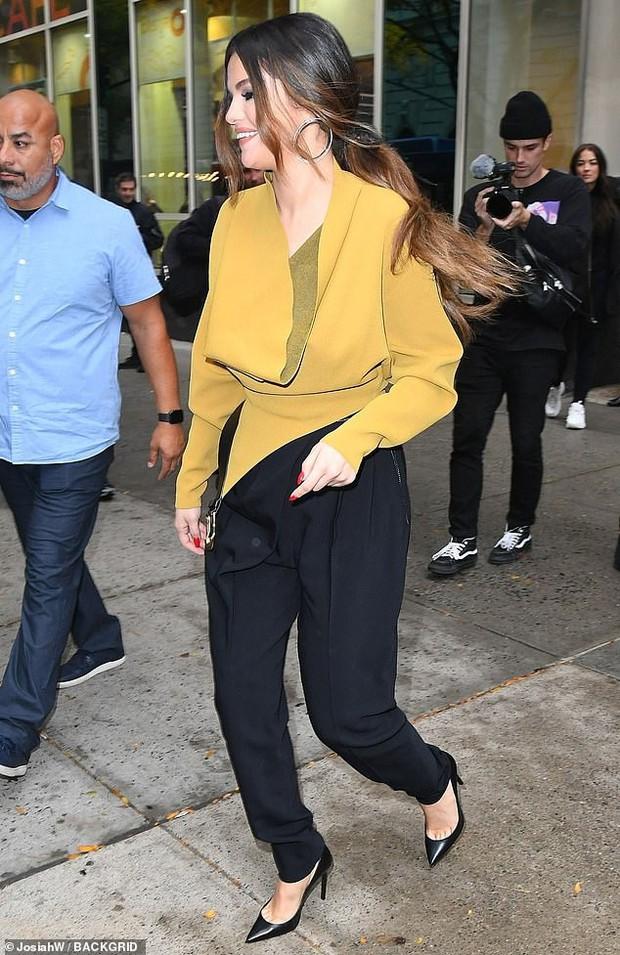 Lần đầu lộ diện hậu lùm xùm với Taylor, Selena Gomez nổi bần bật sang chảnh ngút ngàn và thần thái đỉnh cao - Ảnh 6.