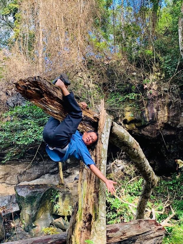 Đang đi dã ngoại bác bảo vệ bỗng nhảy lên đu lẳng lơ trên cây, hỏi ra mới biết mục đích là để mua vui vì thấy mọi người mệt quá - Ảnh 1.