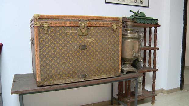 Đôi vợ chồng già dùng rương cổ Louis Vuitton giá 255 triệu đồng… đựng ngô - Ảnh 1.