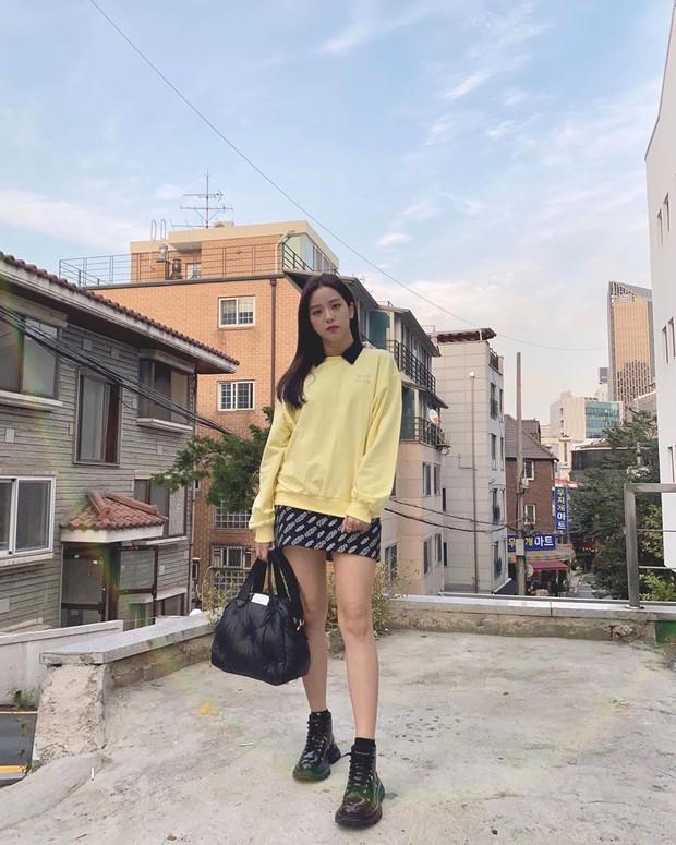 Ngắm 10 outfit xịn sò ngày se lạnh của sao Hàn, các nàng sẽ có ngay loạt công thức mix&match vừa xinh vừa chất - Ảnh 7.