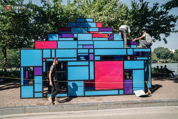 Thành phố Hà Nội buộc phải tháo dỡ tác phẩm nghệ thuật bên Hồ Gươm sau khi bị người dân phóng uế bên trong - Ảnh 1.