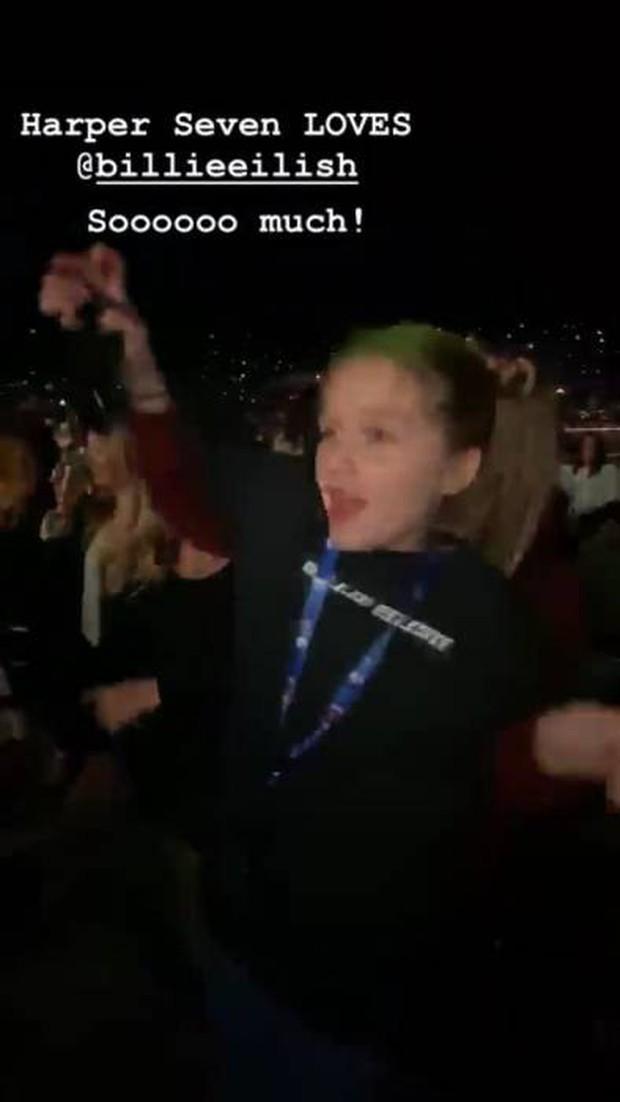 Hình ảnh quậy hiếm hoi của Harper Beckham: Công chúa nhỏ quẩy hết mình trong concert, càng lớn càng xinh xắn - Ảnh 1.