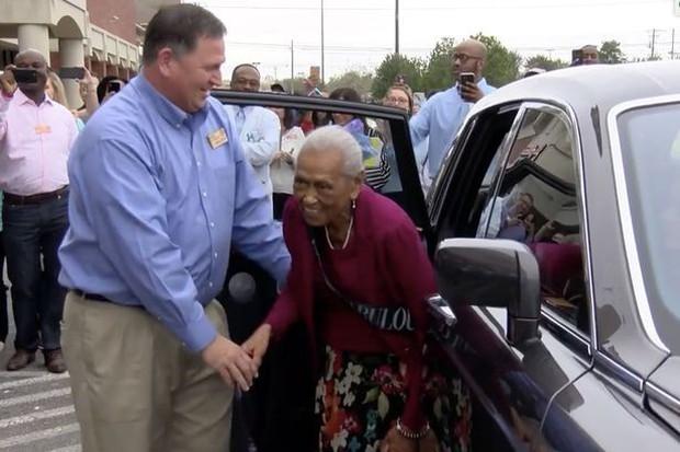 Cụ bà sống từ Thế Chiến 2 đến nay, vẫn lái xe đi làm ở siêu thị 20 giờ mỗi tuần - Ảnh 3.