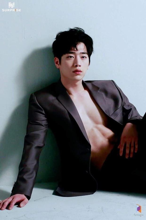 Màn lột xác body kinh điển của dàn nam thần xứ Hàn: Lee Min Ho và phó chủ tịch chưa khủng bằng Kim Woo Bin? - Ảnh 2.