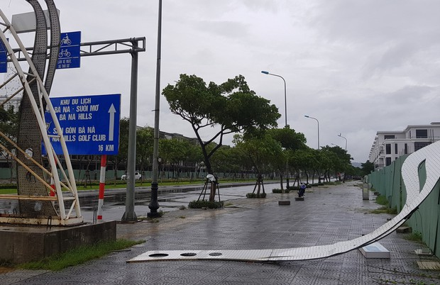 Đà Nẵng: Cây xanh ngã hàng loạt sau bão số 5, nhiều đoạn đường bị ngập khiến giao thông hỗn loạn - Ảnh 8.