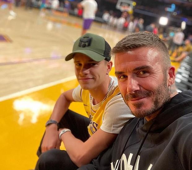 Beckham cùng con trai tươi rói khi xuất hiện trên sân bóng, thế nhưng điều được chú ý lại là ánh mắt say đắm của ông bố 4 con nhìn hoạt náo viên - Ảnh 8.
