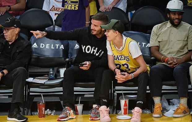 Beckham cùng con trai tươi rói khi xuất hiện trên sân bóng, thế nhưng điều được chú ý lại là ánh mắt say đắm của ông bố 4 con nhìn hoạt náo viên - Ảnh 5.