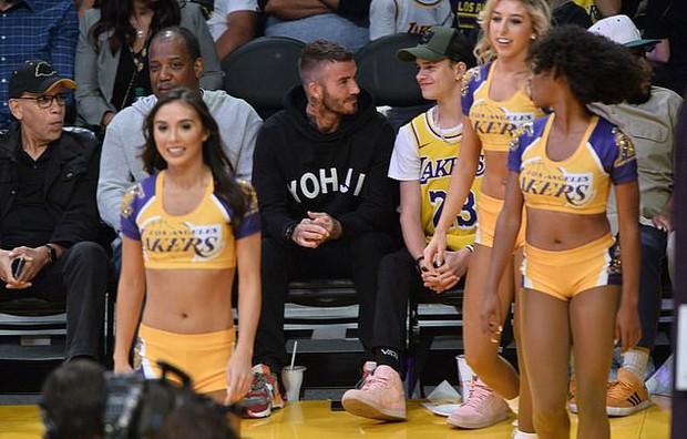 Beckham cùng con trai tươi rói khi xuất hiện trên sân bóng, thế nhưng điều được chú ý lại là ánh mắt say đắm của ông bố 4 con nhìn hoạt náo viên - Ảnh 3.
