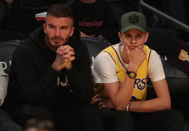 Beckham cùng con trai tươi rói khi xuất hiện trên sân bóng, thế nhưng điều được chú ý lại là ánh mắt say đắm của ông bố 4 con nhìn hoạt náo viên - Ảnh 6.