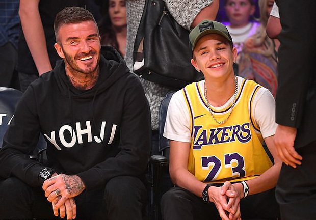 Beckham cùng con trai tươi rói khi xuất hiện trên sân bóng, thế nhưng điều được chú ý lại là ánh mắt say đắm của ông bố 4 con nhìn hoạt náo viên - Ảnh 1.