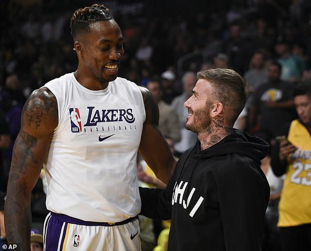 Beckham cùng con trai tươi rói khi xuất hiện trên sân bóng, thế nhưng điều được chú ý lại là ánh mắt say đắm của ông bố 4 con nhìn hoạt náo viên - Ảnh 7.