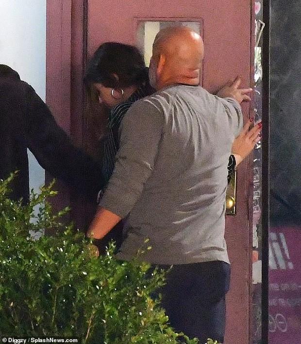 Vừa trách Justin Bieber, Selena Gomez lại lộ ảnh quay về hẹn hò giám đốc thời trang giàu có? - Ảnh 2.