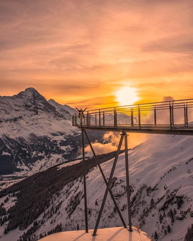 Cây cầu lơ lửng giữa trời Thụy Sĩ thu hút cực đông khách du lịch được khuyến cáo không dành cho hội yếu tim - Ảnh 2.