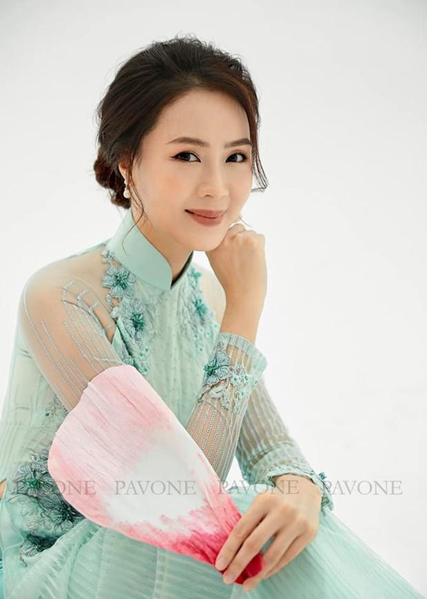Hồng Diễm nền nã trong bộ ảnh diện áo dài truyền thống, duyên dáng chuẩn vẻ đẹp của phụ nữ Việt Nam - Ảnh 1.