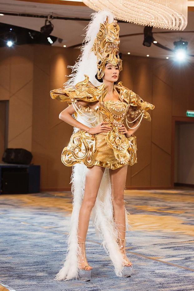 Hoàng Thùy công bố quốc phục handmade cuốn toàn lá chuối đúng ngày Halloween, chất thế này ai đọ lại chị? - Ảnh 2.