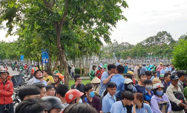 Hàng chục người dừng xe livestream thi thể người phụ nữ dưới kênh Nhiêu Lộc-Thị Nghè khiến giao thông hỗn loạn - Ảnh 1.