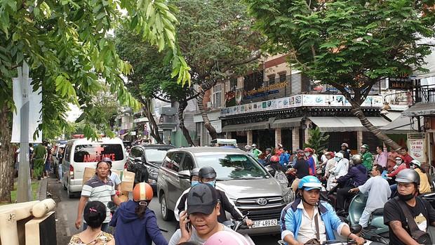 Hàng chục người dừng xe livestream thi thể người phụ nữ dưới kênh Nhiêu Lộc-Thị Nghè khiến giao thông hỗn loạn - Ảnh 2.