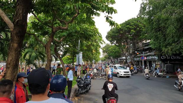Hàng chục người dừng xe livestream thi thể người phụ nữ dưới kênh Nhiêu Lộc-Thị Nghè khiến giao thông hỗn loạn - Ảnh 3.