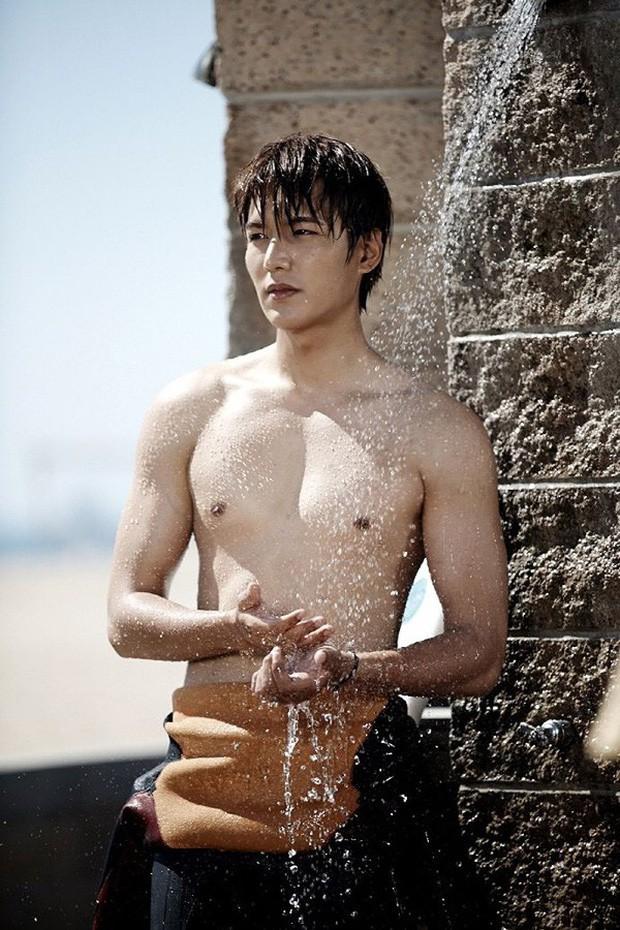 Màn lột xác body kinh điển của dàn nam thần xứ Hàn: Lee Min Ho và phó chủ tịch chưa khủng bằng Kim Woo Bin? - Ảnh 8.