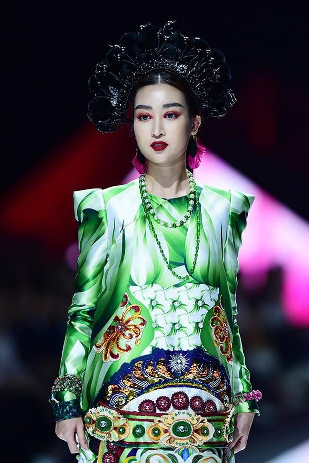 Hoa hậu Đỗ Mỹ Linh chưa bao giờ sắc sảo ma mị đến thế, hoá nàng Mỵ kiều diễm cho show diễn của Thuỷ Nguyễn - Ảnh 1.
