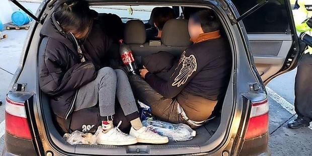 Sau vụ 39 thi thể trong container ở Anh, cảnh sát Đức bắt liên tiếp 3 xe chở người Việt nhập cư trái phép - Ảnh 1.