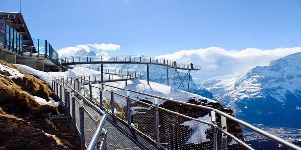 Cây cầu lơ lửng giữa trời Thụy Sĩ thu hút cực đông khách du lịch được khuyến cáo không dành cho hội yếu tim - Ảnh 4.