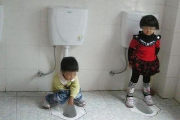Cô giáo gửi ảnh con gái 4 tuổi trong nhà vệ sinh, người mẹ vô cùng tức giận cùng ban phụ huynh gặp ngay hiệu trưởng - Ảnh 1.