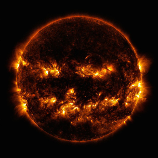 """NASA đăng ảnh Mặt trời bí ngô ma quái"""" chào Halloween - Ảnh 1."""