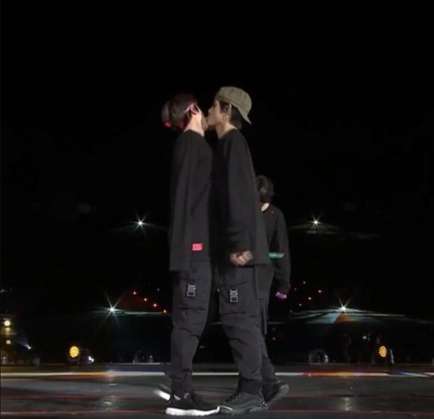 Hình ảnh V liếm má Jin đầy ám muội trong concert của BTS đang gây bão khiến fan hoảng hốt, nhưng tất cả là tại... cái tay hư - Ảnh 1.