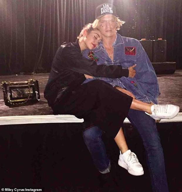 Miley Cyrus đã hôn hít bồ cũ Gigi Hadid chỉ sau 2 tuần chia tay bạn gái, ai ngờ lại chính là anh bạn thân - Ảnh 1.