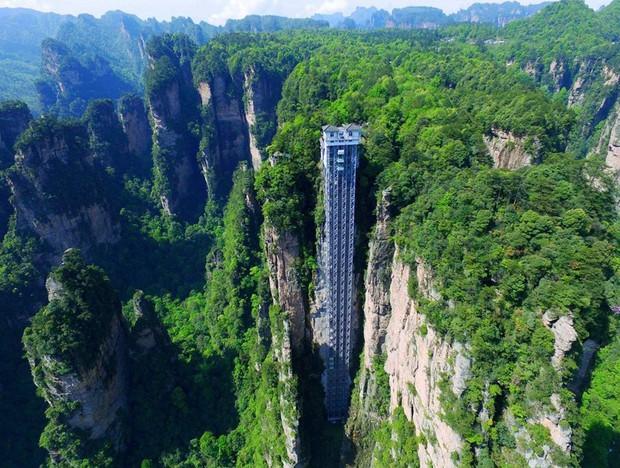 Thang máy ngoài trời cao nhất thế giới tại Trung Quốc khiến hội yếu tim mới nhìn thôi đã thấy thở dốc rồi! - Ảnh 1.