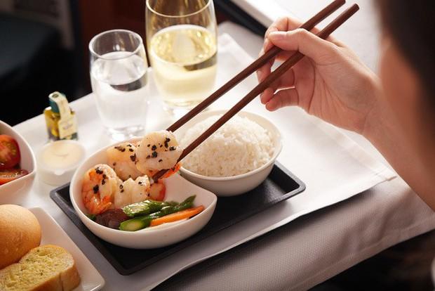 Đây là lí do vì sao đồ ăn trên máy bay luôn tạo cảm giác kém hấp dẫn hơn so với khi ở mặt đất - Ảnh 2.