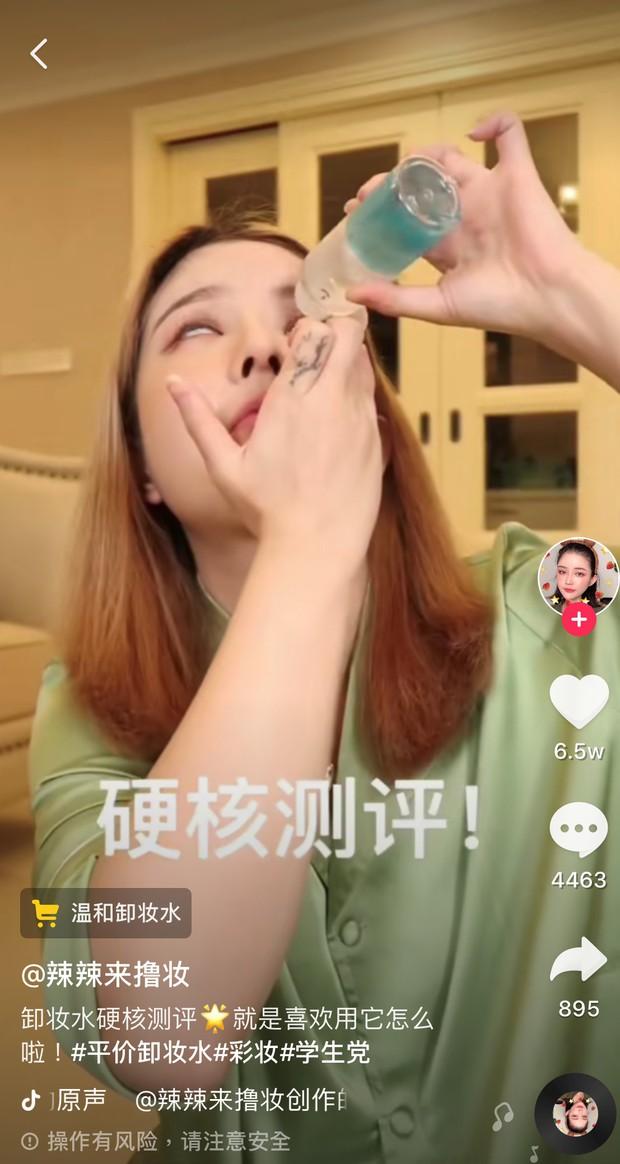 Beauty blogger triệu follow uống luôn nước tẩy trang chỉ để chứng minh sản phẩm không gây hại cho sức khỏe - Ảnh 2.