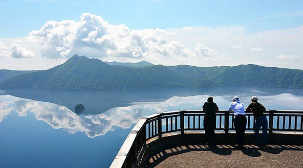 Hồ nước kỳ lạ ở Nhật Bản có thể khiến du khách gặp xui: đàn ông không thể thăng tiến, phụ nữ vô sinh nhưng vẫn luôn đông khách tham quan - Ảnh 4.