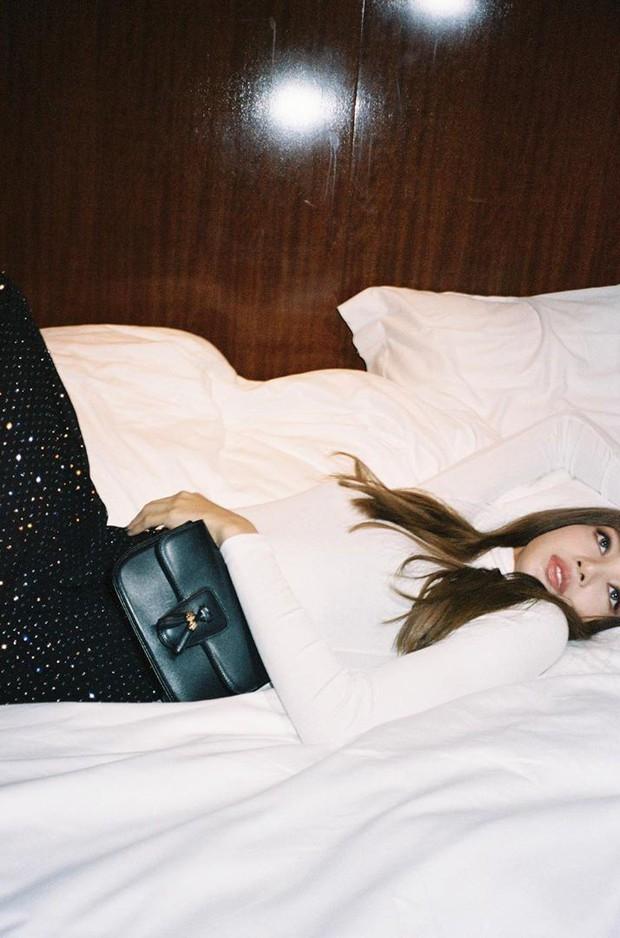 """Hết Jennie, giờ đến Lisa đăng loạt ảnh tạo dáng... trong phòng khách sạn, không gây tranh cãi mà còn được fan """"copy"""" nhiệt tình - Ảnh 3."""
