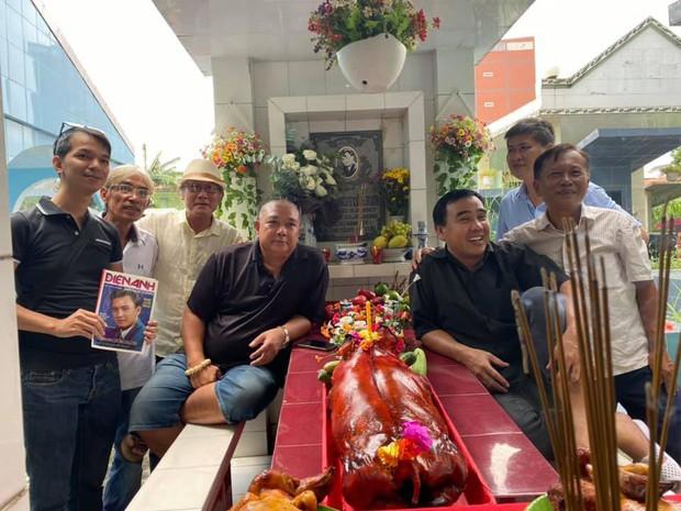 Xúc động hình ảnh Quyền Linh cùng bạn bè đến thăm mộ nhân 23 năm ngày mất của Lê Công Tuấn Anh - Ảnh 2.