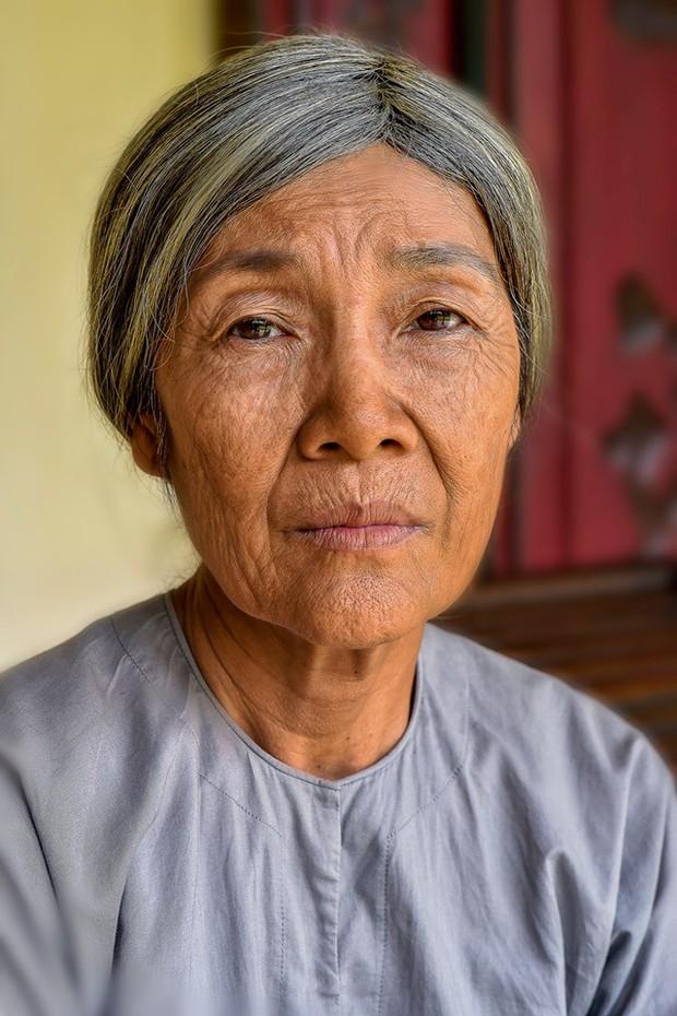 Đạo diễn Tiếng Sét Trong Mưa lên tiếng về tạo hình già chát đến hư cấu của Thị Bình và Cậu Ba - Ảnh 16.