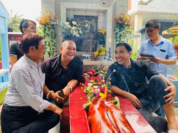 Xúc động hình ảnh Quyền Linh cùng bạn bè đến thăm mộ nhân 23 năm ngày mất của Lê Công Tuấn Anh - Ảnh 1.