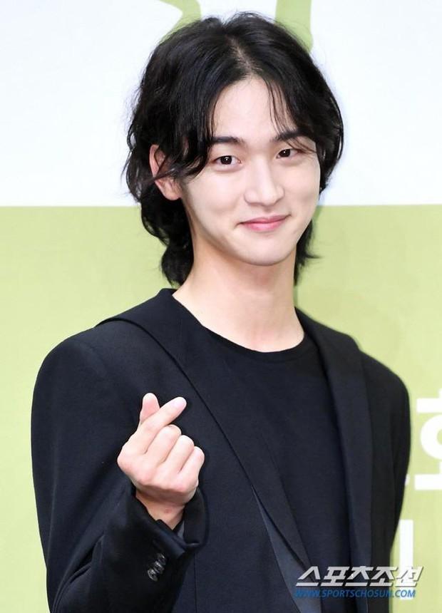 3 cực phẩm mỹ nam Hàn đang gây bão với tóc dài nữ tính: Người được tôn làm kỳ quan thế giới, kẻ lột xác dù bất đắc dĩ - Ảnh 5.