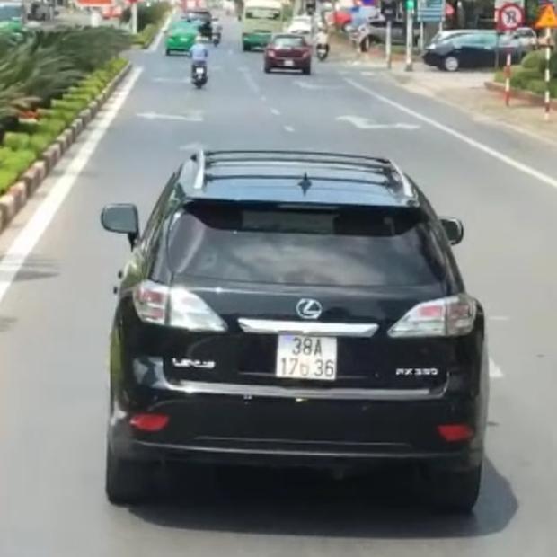 Clip: Tài xế Lexus thản nhiên chặn đầu xe cứu hỏa mặc cảnh sát PCCC khản cổ yêu cầu nhường đường - Ảnh 2.