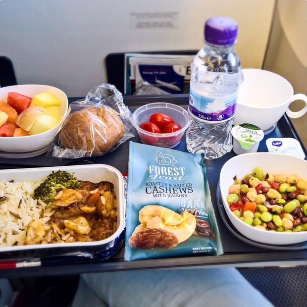 Đây là lí do vì sao đồ ăn trên máy bay luôn tạo cảm giác kém hấp dẫn hơn so với khi ở mặt đất - Ảnh 1.