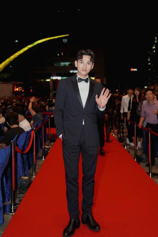 Thảm đỏ LHP Busan tại Hàn Quốc: Isaac lịch lãm, Diệu Nhi diện váy xẻ cao e ấp khoe vẻ gợi cảm! - Ảnh 1.