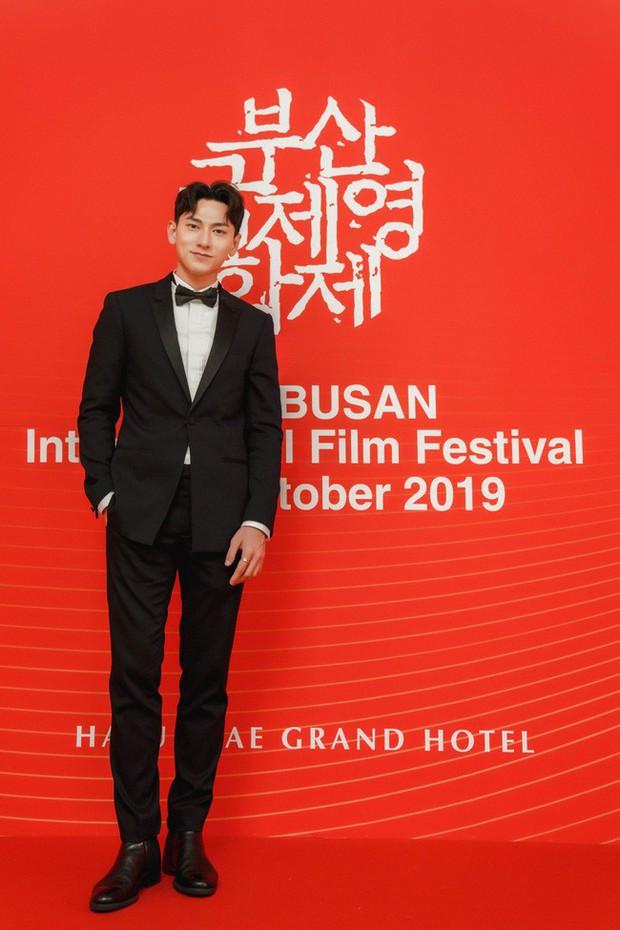 Thảm đỏ LHP Busan tại Hàn Quốc: Isaac lịch lãm, Diệu Nhi diện váy xẻ cao e ấp khoe vẻ gợi cảm! - Ảnh 2.