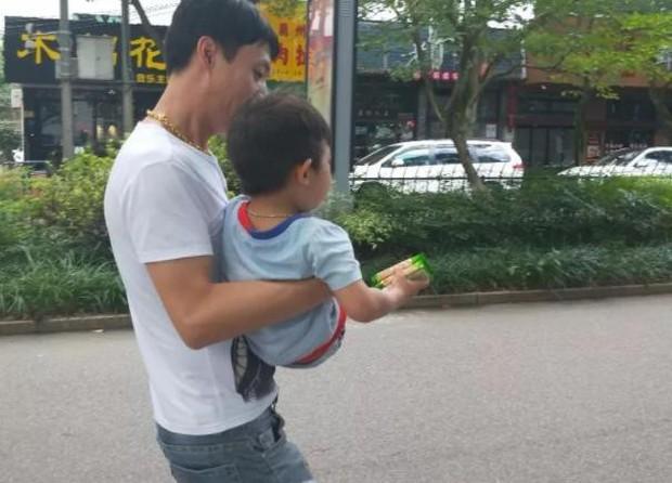 Kẻ bắt cóc gần như thành công khi ôm được đứa trẻ 3 tuổi ra khỏi nhà, nhưng cậu bé thông minh nói 1 câu tự cứu được mình - Ảnh 1.