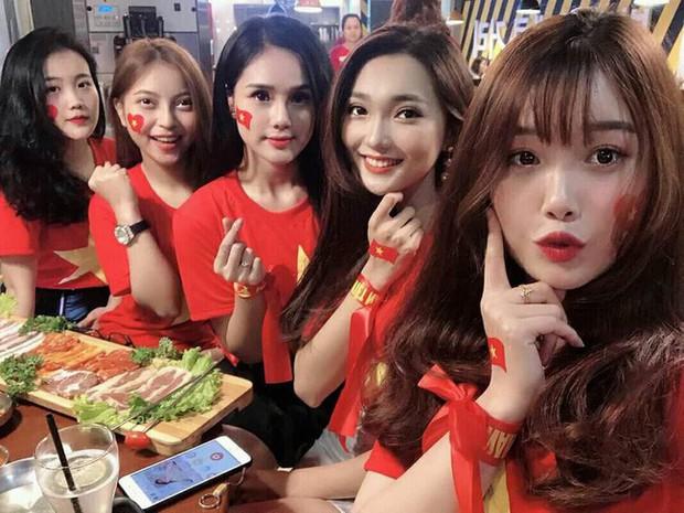 Lật lại bức ảnh dàn WAGs xinh đẹp của tuyển Việt Nam, giật mình nhận ra 4/5 người đều dính lùm xùm tình cảm! - Ảnh 1.