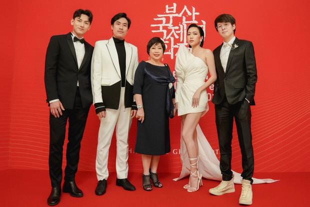 Thảm đỏ LHP Busan tại Hàn Quốc: Isaac lịch lãm, Diệu Nhi diện váy xẻ cao e ấp khoe vẻ gợi cảm! - Ảnh 5.