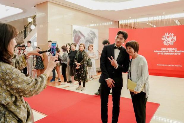 Thảm đỏ LHP Busan tại Hàn Quốc: Isaac lịch lãm, Diệu Nhi diện váy xẻ cao e ấp khoe vẻ gợi cảm! - Ảnh 6.