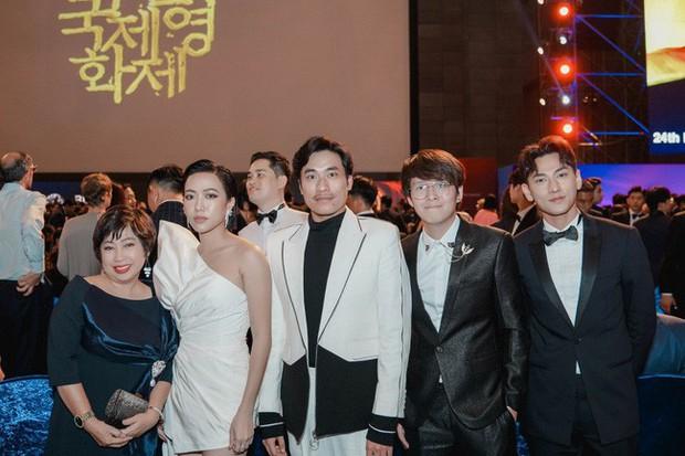 Thảm đỏ LHP Busan tại Hàn Quốc: Isaac lịch lãm, Diệu Nhi diện váy xẻ cao e ấp khoe vẻ gợi cảm! - Ảnh 9.