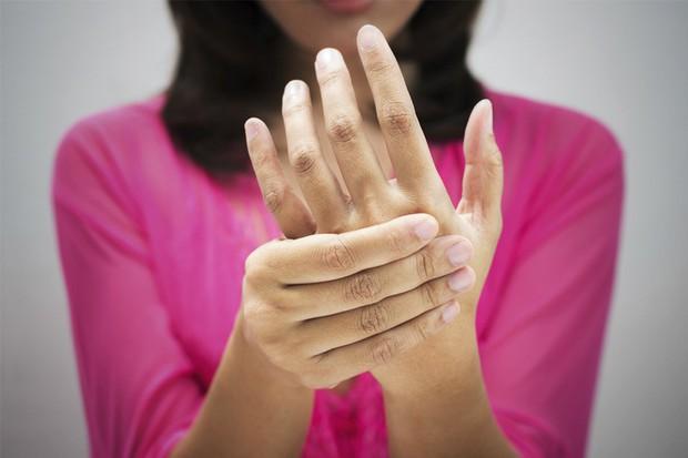Người phụ nữ nổi phát ban lạ do mắc bệnh thường dễ bùng phát khi trời trở lạnh - Ảnh 2.