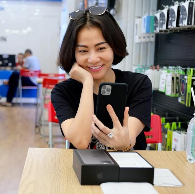 Hàng chục nghệ sỹ Việt đua nhau rinh iPhone 11, táo khuyết tại Việt Nam chưa bao giờ hết hot! - Ảnh 1.
